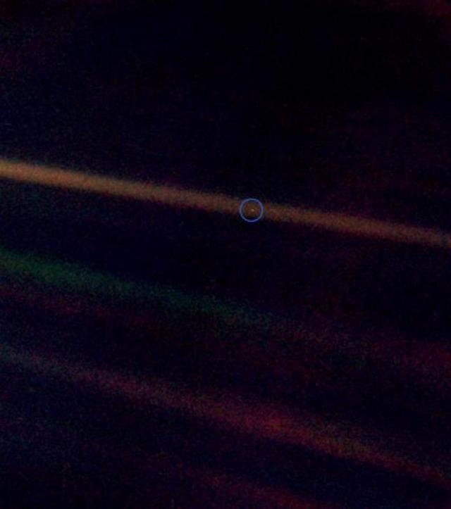 """Космический аппарат «Вояджер-1» (Voyager 1) еще 14 февраля в 1990 году сделал знаковый снимок """"Pale Blue Dot"""", который стал самым знаменитым изображением Земли из космоса. Вы можете себе представить бесчисленное количество кадров, которые захватил этот корабль на своем пути к межзвездному пространству. Это лишь немногие из тех снимков, что были получены от «Вояджер-1» за весь период исследований. Совсем недавно космический аппарат покинул пределы нашей Солнечной системы."""