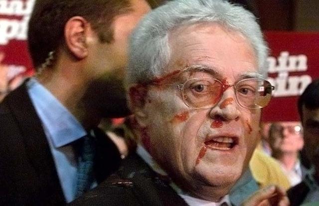 В апреле 2002 демонстранты в Реннесе выдавили в лицо французскому премьер-министру Лионелю Джоспину кетчуп.