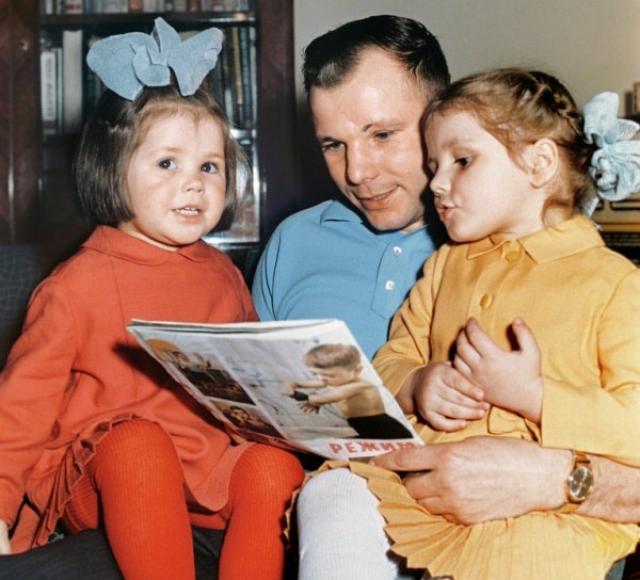 В свободное время Гагарин читал девочкам стихи наизусть. Зная любовь девочек к животным, он постоянно привозил домой каких-то зверушек: собак, кошек, белок, утят, в доме жила даже маленькая лань!