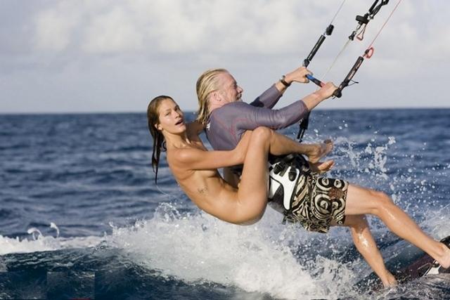 """А в 2009 году Брэнсон принял участие в фотосессии с моделью Дэнни Паркинсон для журнала """"Vanity Fair"""". На фотографиях бизнесмен стоит на серфе, а совершенно обнаженная девушка """"висит"""" у него на спине. Съемка происходила неподалеку от собственного острова Брэнсона Некер."""