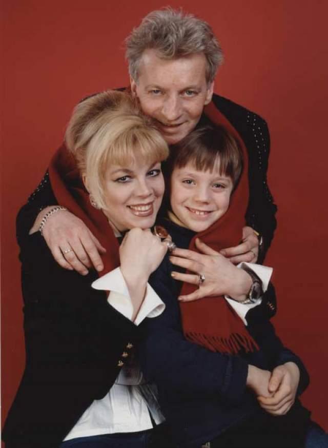 К данному моменту пара вместе уже более 30 лет - с 1989 году. Их сын Александр также музыкант.