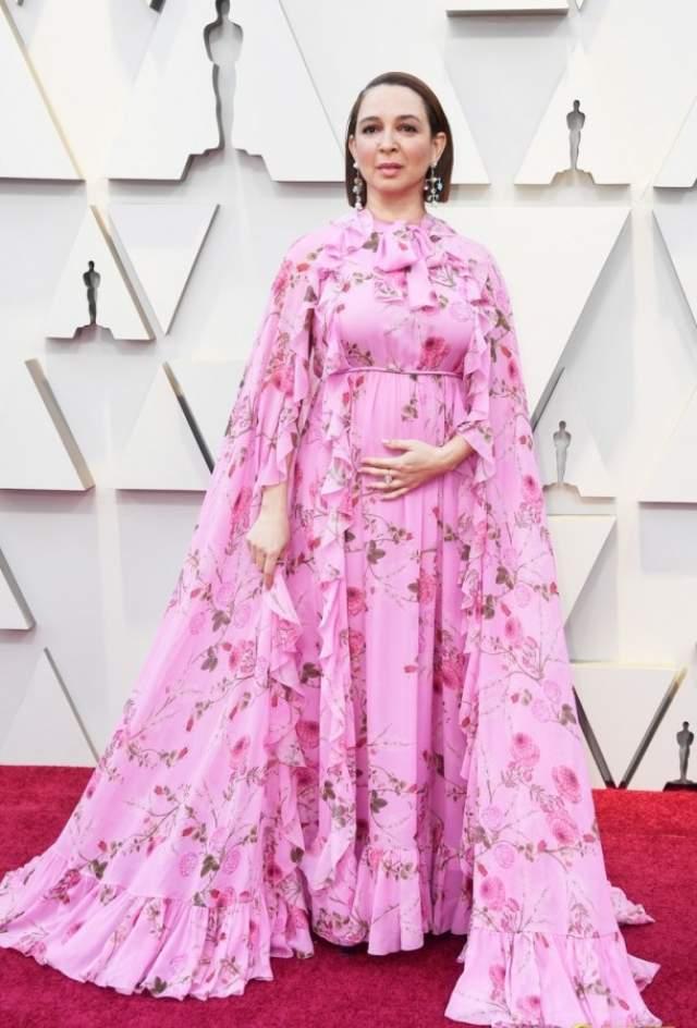 Майя Рудольф в Giambattista Valli. Похожее на ночной халат платье, как многие надеялись, будет обыгран каким-нибудь юмористическим номером от комедиантки, но нет - она на полном серьезе выбрала этот наряд для выхода в качестве презентера на сцену.