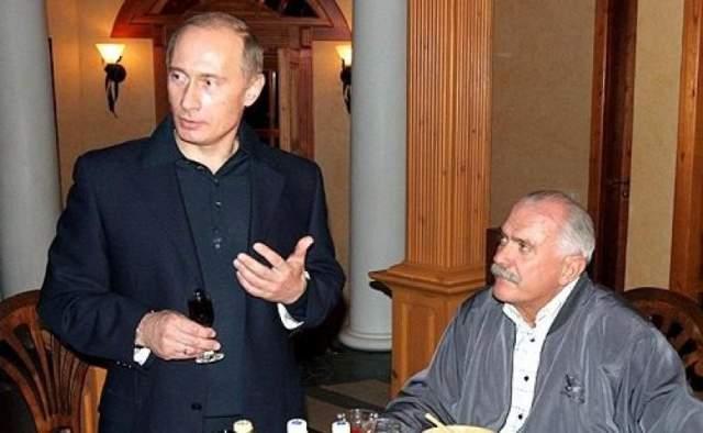 """Никита Михалков и Владимир Путин. Российский режиссер, актер и продюсер, хоть и водит давнюю дружбу с российским лидером, но признается, что не хочет """"злоупотреблять"""". Поэтому никогда ничего не просит для себя."""