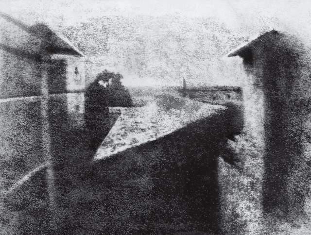 Вид из окна в Ле Гра, Жозеф Ньепс, 1826. Самая ранняя из дошедших до наших дней гелиогравюр, которую считают первой в мире фотографией, снятой с натуры.