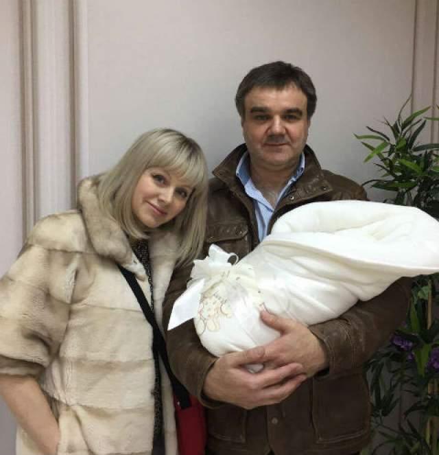 Натали - родила третьего ребенка в 43 года . Натали очень переживала по поводу третьей беременности ввиду своего возраста.