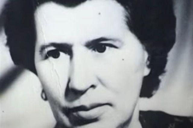 Так исчезла женщина-палач Антонина Макарова, превратившись в заслуженного ветерана Антонину Гинзбург. Женщина вела обычную жизнь советского человека - жила, работала, воспитывала двух дочерей, даже встречалась со школьниками, рассказывая о своем героическом военном прошлом.