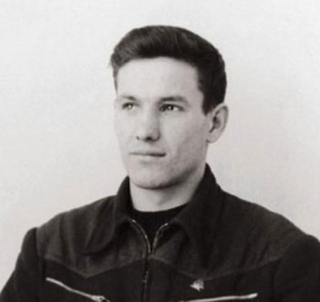 """По рассказу самого Ельцина, когда он работал мастером на стройке, ему в подчинение дали уголовников, которым он отказывался закрывать наряды за не сделанную работу, после чего один из них подкараулил его с топором, на что Ельцин ответил ему: """"Пошел вон!""""."""