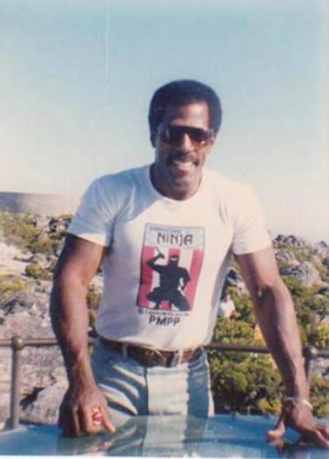 Актер умер от рака в своем доме в окружении родных в декабре 1993 года.