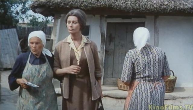 На съемки в Советский Союз актриса приехала с целой свитой, в которую входили не только телохранители, но и повар, гримерша и врач с массажисткой. Зимой итальянка ужасно замерзала. Плюс ко всему помада, которую актриса привезла с собой, застывала на морозе, поэтому Лорен не могла говорить - губы ее не слушались.