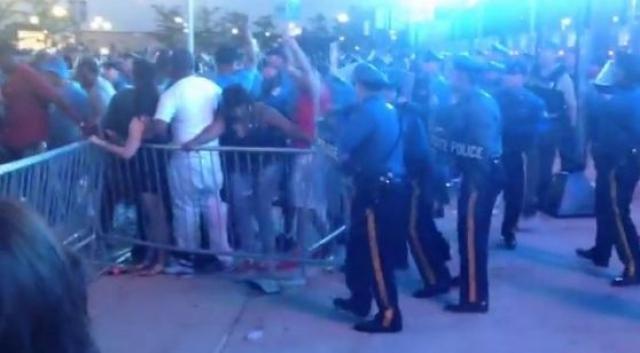 Сотрудники правоохранительных органов штата Нью-Джерси применили слезоточивый и перечный газ, а также электрошокеры во время концерта, проходящего в воскресенье на стадионе MetLife в Ист-Ратерфорде.