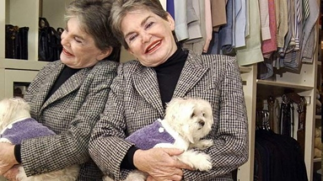 Единственным существом, на которое она не жалела средств, была мальтийская болонка по кличке Трабл. В 2007 году Хелмсли скончалась, оставив после себя весьма оригинальное завещание: 12 млн долларов из ее сбережений получила любимая собачка.