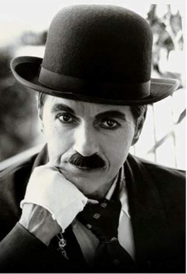 Чарли Чаплин Американский и английский киноактер, сценарист, композитор, кинорежиссер, продюсер и монтажер, универсальный мастер кинематографа, создатель одного из самых знаменитых образов мирового кино - образ бродяги Чарли, появившегося в короткометражных комедиях, поставленных на поток в 1910-е годы на киностудии Кистоуна.