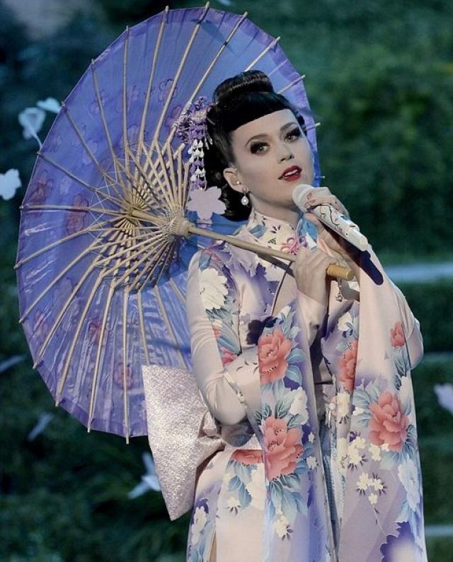 Кэти Перри. Певицу обвинили в расизме после выступления на American Music Awards-2013, где на сцене она появилась в образе гейши, восхитившем ее поклонников.