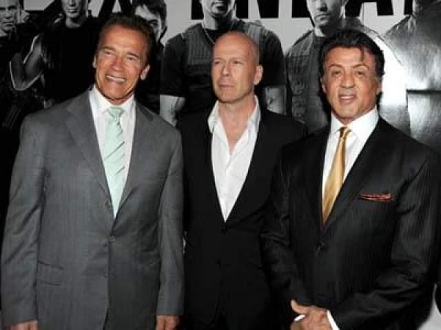 3 августа 2010 года: Арнольд Шварцнеггер, Брюс Уиллис и Режиссер, сценарист и актёр Сильвестр Сталоне прибывают на премьеру фильма «Неудержимые» в китайском театре Грумана в Голливуде.