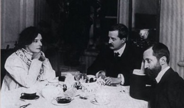 Семья проводила эксперименты с отношениями втроем: в 1905 году Гиппиус и Мережковский сблизились с литературным критиком Философовым, которого женщины не интересовали.