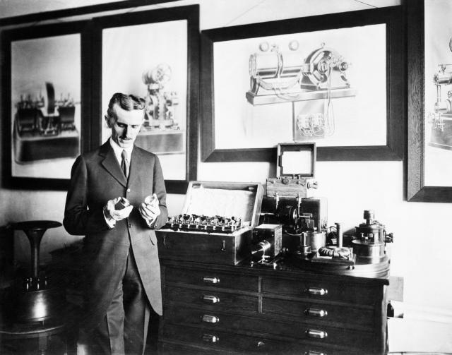 """Советский Союз заинтересовался этим предложением. В 1937 году изобретатель провел переговоры с фирмой """"Амторг"""", представлявшей интересы СССР в США, и передал ей некоторые планы вакуумной камеры для своих """"лучей смерти""""."""