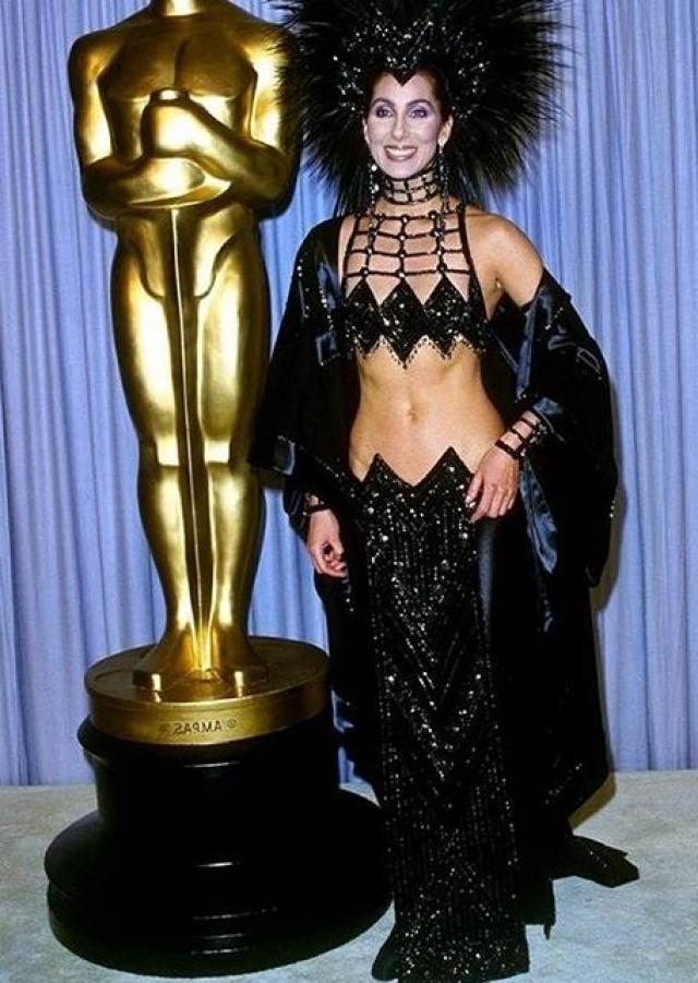 Шер - самая настоящая королева эпатажа, но ее дерзкие наряды всегда были при этом очень женственными.