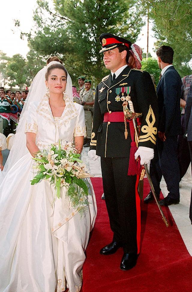 Будущая королева, которой суждено было возглавить список самых стильных женщин, выбрала для традиционной свадебной церемонии украшенное золотом платье с коротким рукавом, которое для нее создал Брюс Олдфилд.
