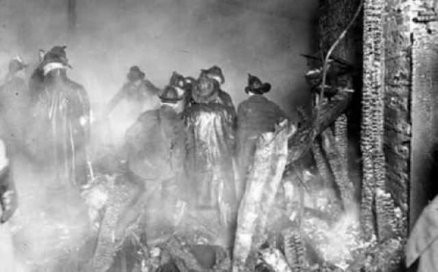 Как только это произошло, стены обрушились, накрыв обломки большое количество людей, в том числе и Леви. Мрачное предчувствие мужчины сбылось. Он потерял свою жизнь в тот день, спасая других.