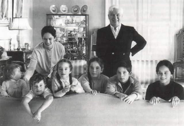 Чарли Чаплин с супругой и детьми. Жена актера, которая была младше него на 36 лет, родила восьмерых наследников.