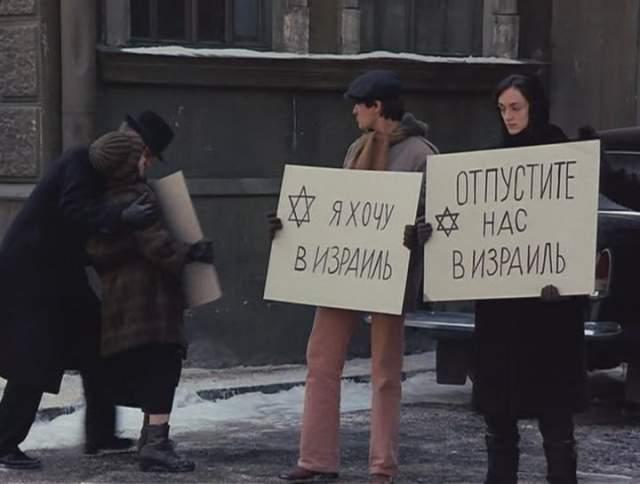 Безусловно, картина получилась полу-агитационной: витрины Нью-Йорка на контрасте с московскими очередями за туалетной бумагой. Несмотря на большое внимание, отведенное политике в фильме, талант Уильямса просто невозможно умалять.