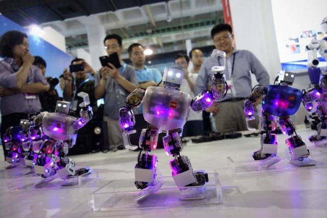 8. Танцующие роботы. Самые популярные роботы в Японии - танцующие. Эти роботы умеют танцевать а-ля Майкл Джексон, рассказывать истории, играть в различные игры и имитировать движения.