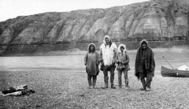 Озеро Ангикуни В ноябре 1930 года охотник по имени Джо Лабелль искал пристанища на ночь. Лабелл знал о деревне эскимосов, население которой составляло не менее 30 человек. Он дошел до туда и обнаружил довольно жуткую сцену: жителей деревни нигде не было. Всё остальное, в том числе продукты питания и винтовки, были оставлены.