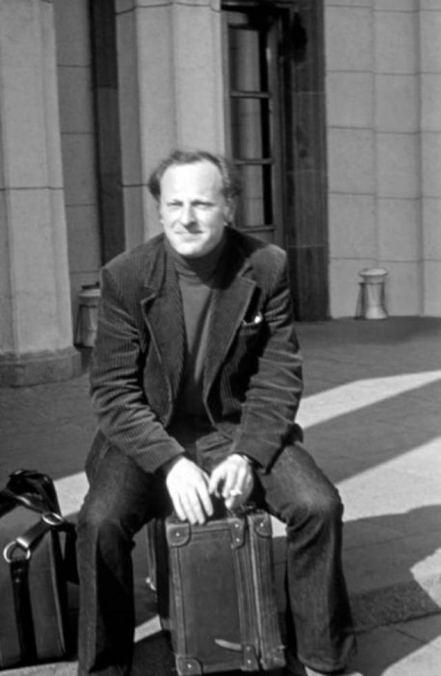 """Тогда Бродский отбыл два года в трудовой ссылке. А 10 мая 1972 года Бродского вызвали в ОВИР и поставили перед выбором: немедленная эмиграция или """"горячие денечки"""", каковая метафора в устах КГБ могла означать допросы, тюрьмы и психбольницы. Через месяц лишенный советского гражданства Бродский вылетел из Ленинграда в Вену."""