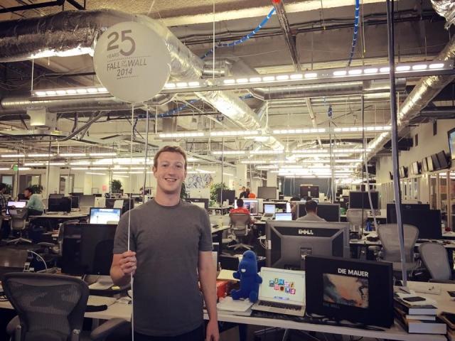 """На сайте зафиксировано 125 миллиардов """"дружеских связей"""". Количество просмотров страниц сайта уже в октябре 2011 года составило 1 триллион."""