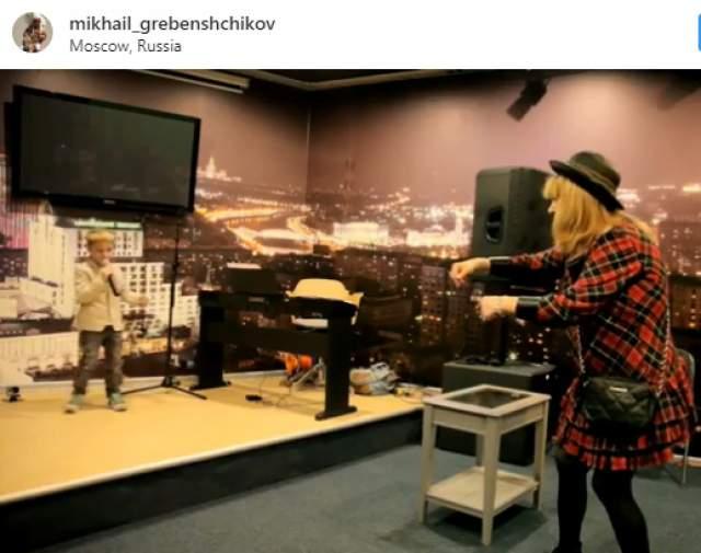 В другом ролике Гребенщикова Алла предстала перед зрителями в коротком красном платье в черную клетку, что не понравилось подписчикам Гребенщикова. Мол, такой фасон даме не к лицу.