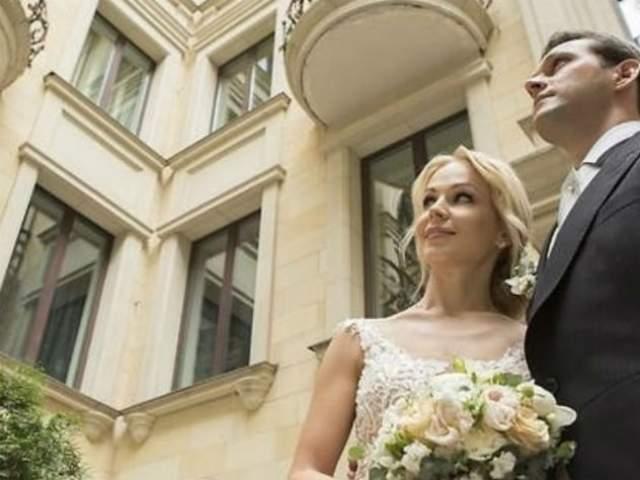 """Ирина Медведева и Гийом, Франция. 36-летняя звезда шоу """"6 кадров"""" на телеканале СТС 5 июля 2018 года второй раз вышла замуж."""