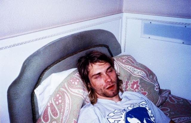 """Курт вновь вернулся к наркотикам и в июле 1993 года он пережил тяжелую передозировку героином: жена обнаружила его лежащим без сознания, и, вместо того, чтобы вызвать """"скорую"""", самолично сделала ему инъекцию налоксона (препарат, блокирующий опиоидные рецепторы)."""