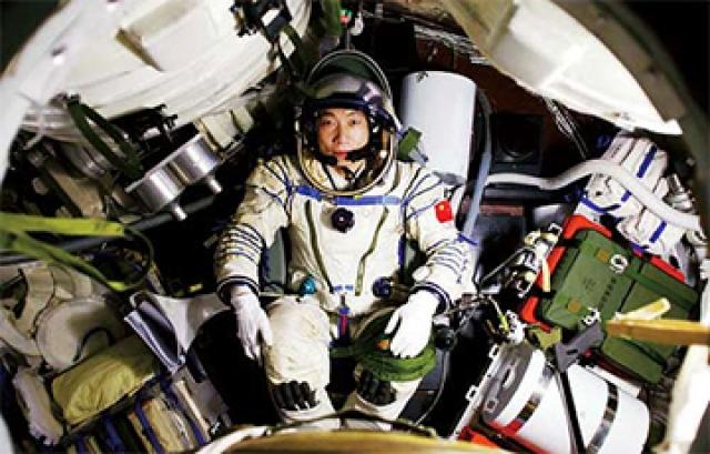 """Он был на борту """"Шэньчжоу-5"""", когда однажды ночью 16 октября услышал странный звук снаружи, похожий на треск."""