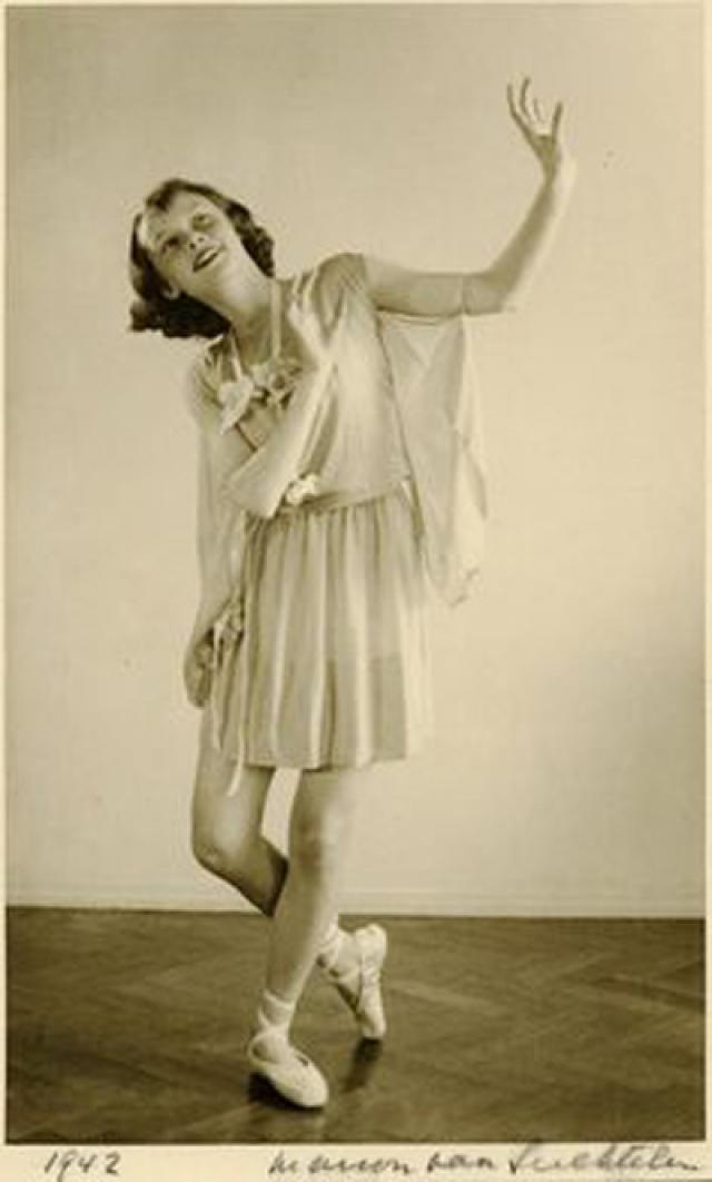 Тогда она начала исполнять балетные номера, чтобы собрать средства для подполья. Эти времена были не так уж плохи, и она была в состоянии радоваться светлым периодам детства.