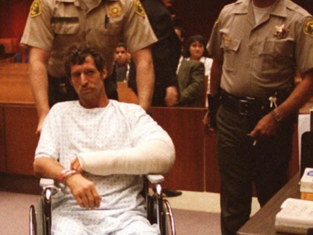 Поп-диве не впервой опасаться за свою жизнь. Еще в 90-е годы преследователь по имени Роберт Дьюи Хоскинс заявлял, что он либо женится на Мадонне, либо разрежет ей горло от уха до уха. Парень был отправлен в психиатрическую больницу.