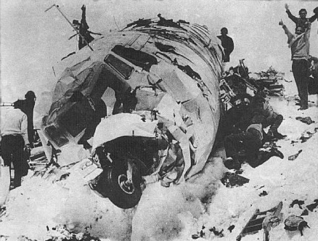 29 октября, пока выжившие спали, с гор на долину, где располагался фюзеляж, сошла лавина. Погибли ещё 8 человек. Трое суток живые вместе с трупами были зажаты снегом в тесном пространстве остатков самолёта. Затем Нандо Паррадо выбил маленькое окошко в кабине пилотов ногами, чем спас людей от удушья.