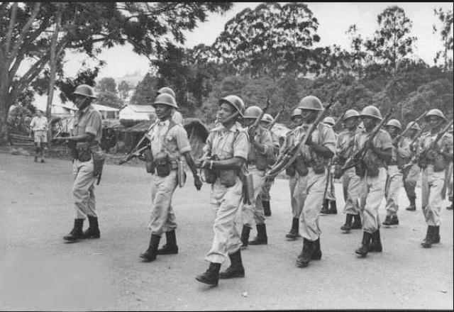 С ноября 1959 года начались трения и столкновения между тутси и хуту. При попустительстве бельгийской администрации хуту сжигали дома тутси, в ответ королевский двор организовал ударные группы, действовавшие против наиболее активных оппонентов-хуту.