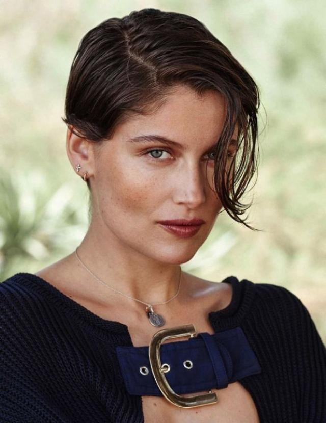 """Летиция Каста. Топ-модель из Франции в 15 лет получила приглашение от модельного агентства """"Madison Models"""" и вскоре стала фотомоделью в журнале Elle. В 1993 году она приняла участие рекламной кампании джинсов """"Guess""""."""