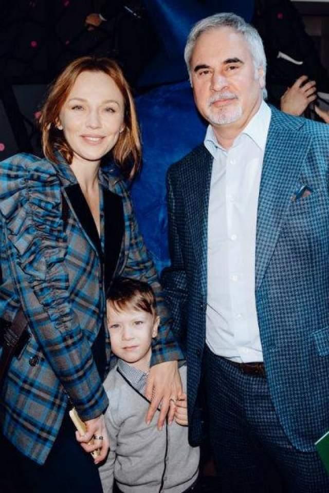На тот момент сам Меладзе уже 15 лет был женат на Ирине Малухиной, с которой воспитывал троих дочерей.