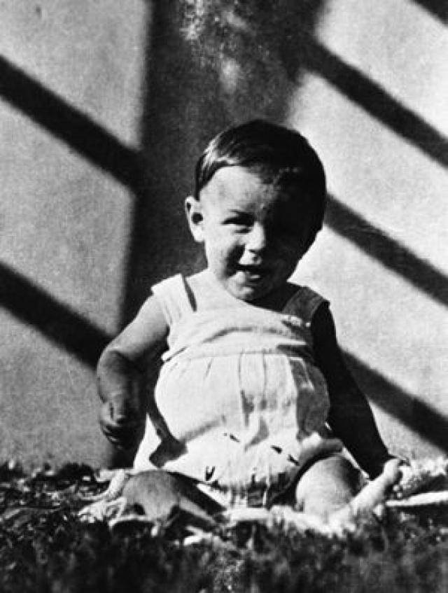 Эрнесто Рафаэль Гевара Линч де ла Серна родился 14 июня 1928 года в аргентинском городе Росарио, в семье архитектора Эрнесто Гевары Линча. И отец, и мать Эрнесто были аргентинскими креолами, среди его предков были ирландцы, калифорнийские креолы.