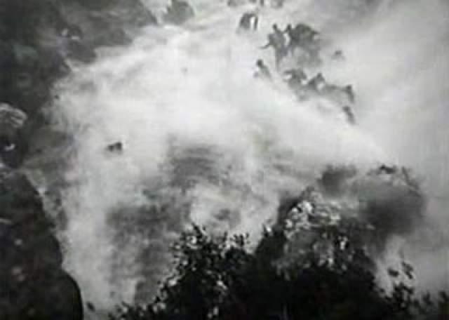 В результате огромный резервуар с водой вышел из-под контроля и опрокинулся на площадку в тот момент, когда никто не был к этому готов.