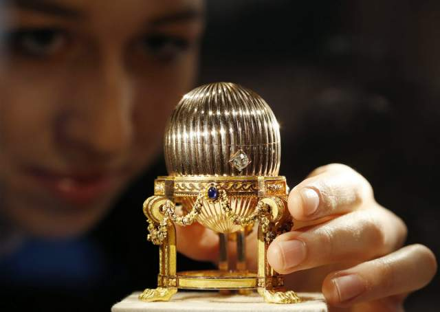 Шли годы, но покупателей на него все не было. И тогда владелец сувенира решил узнать о своем приобретении больше информации. И он сильно удивился, поняв, что в его руках потерянное яйцо Фаберже.Прошло совсем немного времени, и он продал сувенир частному коллекционеру за $33 000 000.