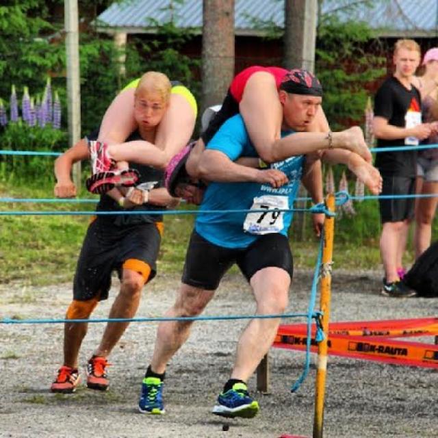 Участники должны преодолеть сложнейшую 250-метровую трассу, изобилующую различными препятствиями. Поучаствовать в соревновании может любой желающий, но женщин, которые легче 49 килограмм утяжеляют дополнительными рюкзаками с песком.