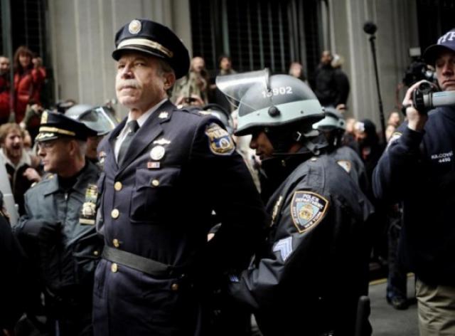 Капитан полиции Рей Льюис арестован за то, что он участвовал в протестах на Уолл-стрит в 2011.