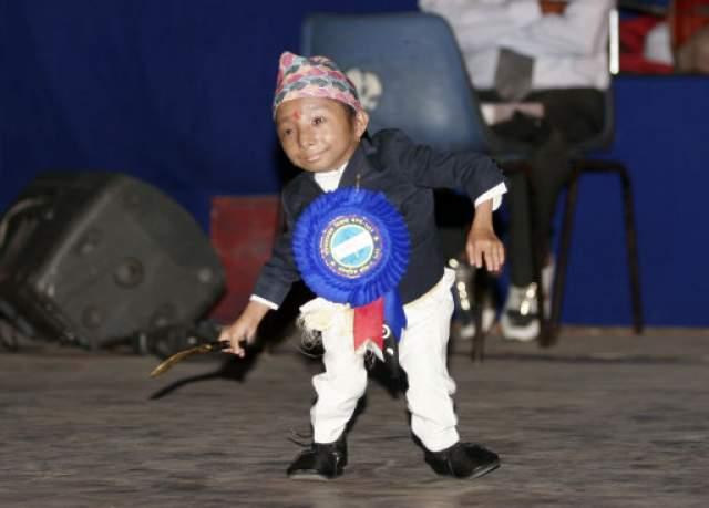 """Хагендра Тапа Магар, 25 лет, Непал. Рост 67 см. В мае 2008 года о Магаре узнал весь мир, когда он появился на британском канале """"Channel 4"""" в документальном фильме """"Я и самый маленький человек в мире"""" Марка Долана."""