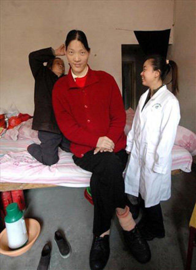 Чтобы заработать на жизнь Яо была вынуждена выступать в цирке. Женщина скончалась в 2012 году.