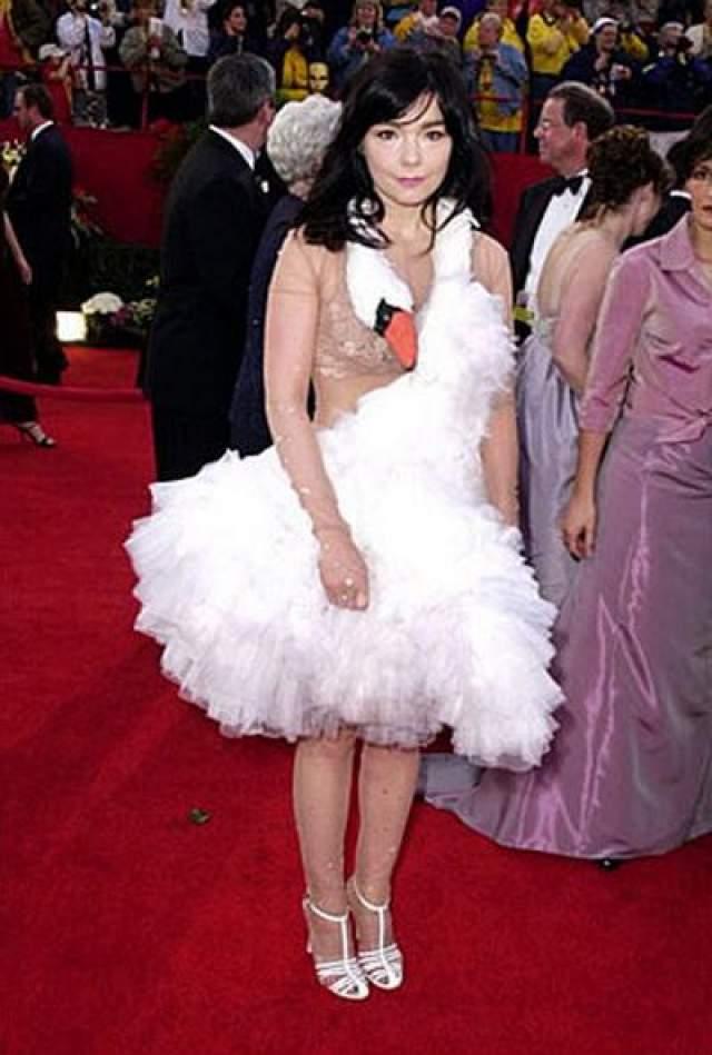 В 2001 Бьорк явилась на церемонию в костюме лебедя - она даже носила с собой сумочку в форме яйца, которую время от времени, присаживаясь, роняла, делая вид, что снесла яйцо.