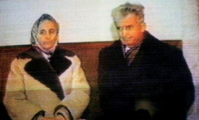 """Супругов Чаушеску ждал страшный конец. В ходе так называемого """"декабрьского восстания"""" 1989 года диктатора арестовали и поспешно расстреляли вместе с женой около стены солдатской уборной на территории воинской части города Тырговиште. На фото: во время суда над четой Чаушеску"""