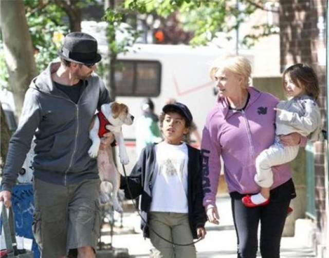 """В течение пяти лет, с 2000 по 2004 год, актер попадал в список 50 самых красивых людей мира журнала People. Но, к сожалению, такие гены пропадают зря: у четы Джекманов нет своих детей. Зато есть двое приемных. В мае 2000 года пара усыновила новорожденного ребенка - Оскара Максимилиана, а в 2005 году второго ребенка - девочку аву Элиот. В интервью Хью называет жену """"лучшей мамой в мире""""."""
