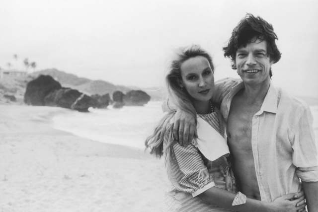 Бьянка подала на развод через 7 лет, пояснив, что устала от постоянных измен мужа. Сразу после развода Джаггер переехал в Индонезию, где жил с моделью Джерри Холл. В 1990 году пара расписалась, но через 9 лет и этот брак закончился разводом.